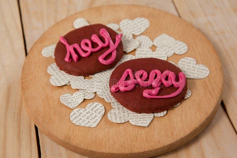 As cookies congelaram com a indicação cor-de-rosa do creme hey 'sexy' imagens de stock royalty free