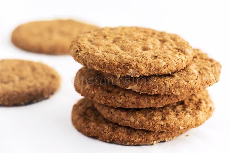 As cookies de biscoito amanteigado caseiros feitas da farinha de aveia são empilhadas em um whi fotografia de stock