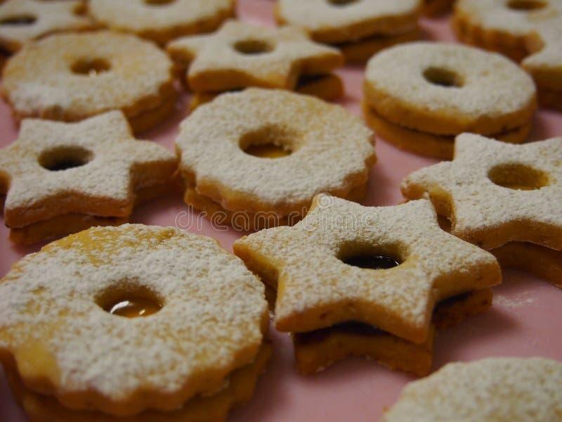 As cookies de Linzer do Natal fecham-se acima fotos de stock