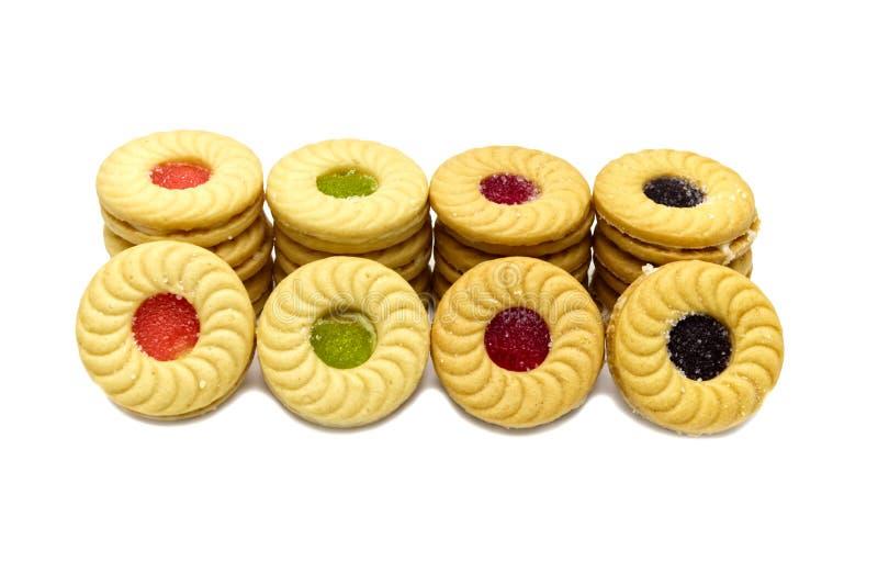 As cookies de manteiga do sanduíche do biscoito com frutos de creme e misturados flavoured o doce fotografia de stock royalty free