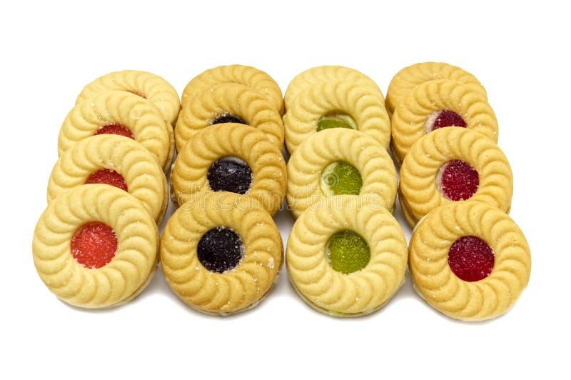 As cookies de manteiga do sanduíche do biscoito com frutos de creme e misturados flavoured o doce imagem de stock royalty free