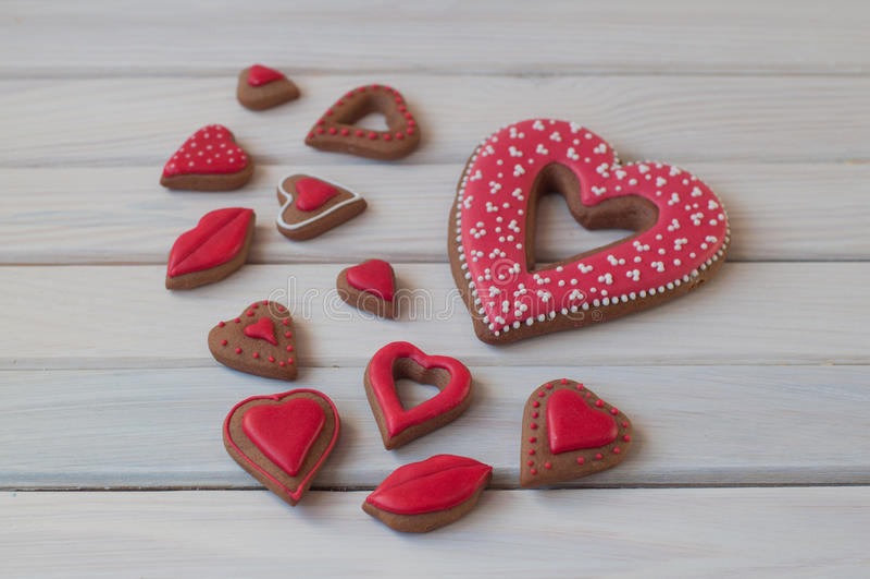 As cookies do mel ao dia de Valentim do St colocam na tabela de madeira fotografia de stock