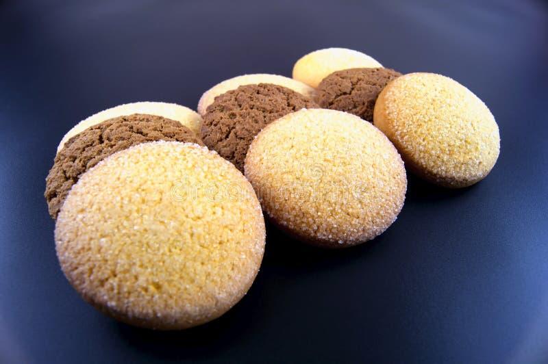 As cookies do milho e da aveia flour em um fundo escuro imagens de stock royalty free