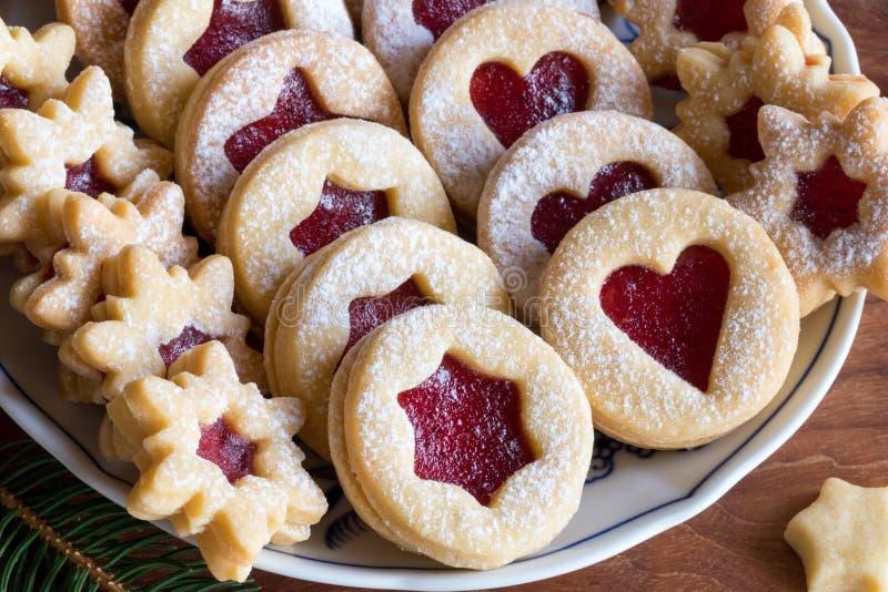 Download As Cookies Do Natal De Linzer Encheram-se Com O Doce De Morango Em Uma Placa Imagem de Stock - Imagem de coração, tasty: 107529103