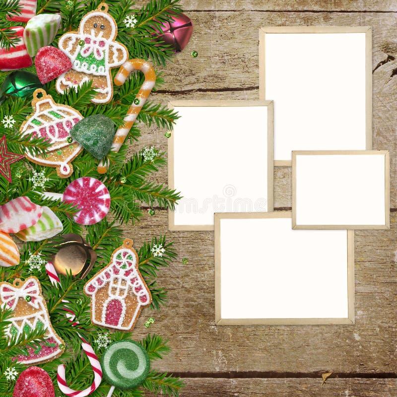 As cookies do Natal, doces, quadros da foto, pinho ramificam em um fundo de madeira ilustração royalty free