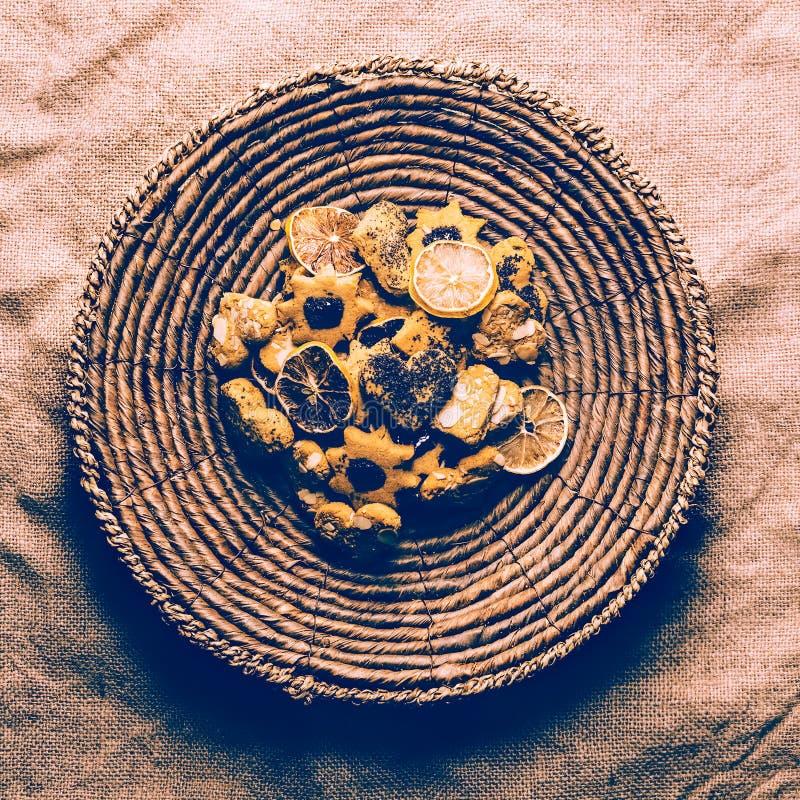 As cookies no vintage de vime da placa projetam a tela da lona imagens de stock