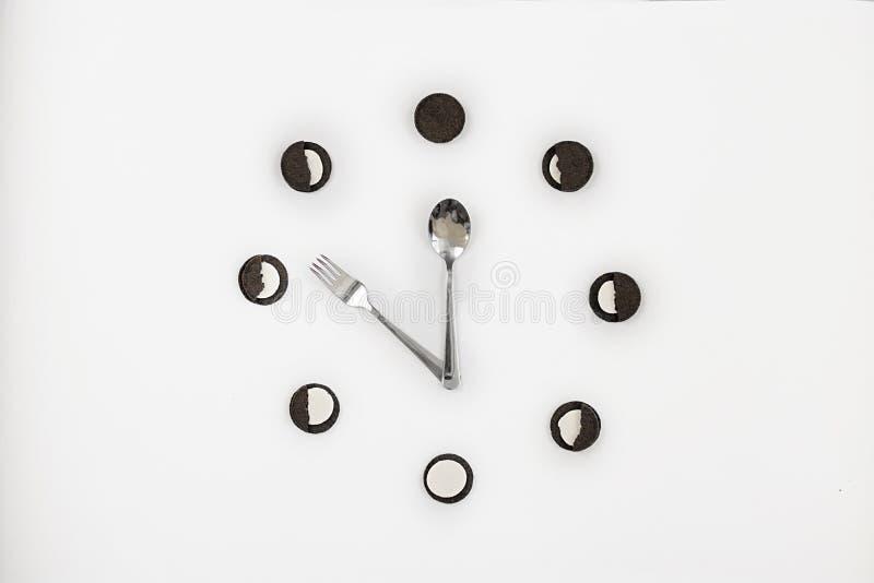 As cookies pretas com enchimento branco encontram-se em um círculo em um CCB branco foto de stock royalty free