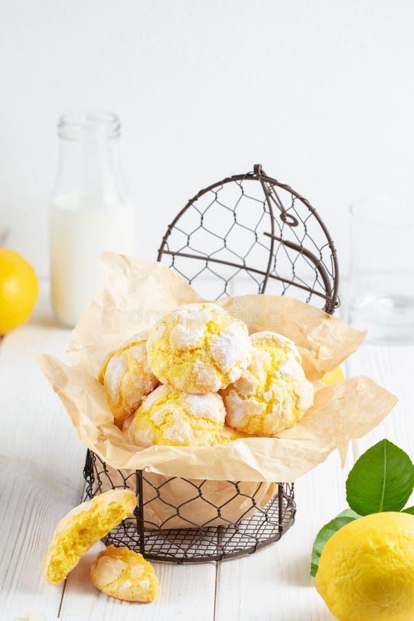 As cookies rachadas do limão no metal pequeno suportaram no fundo branco foto de stock royalty free