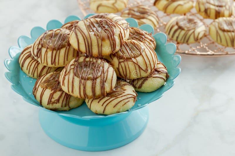 As cookies salgadas do caramelo chuviscaram com chocolate imagens de stock