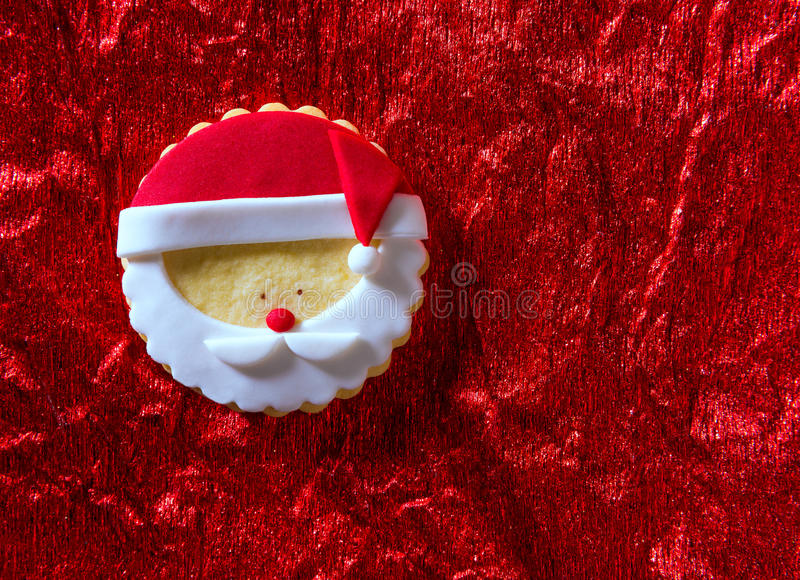 As cookies Santa do Natal enfrentam no fundo vermelho imagem de stock royalty free
