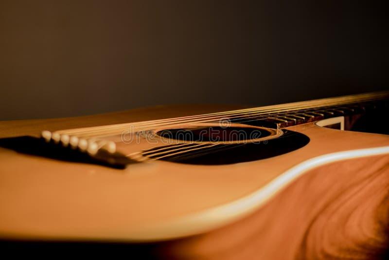 As cordas do corpo da guitarra acústica fecham-se acima fotografia de stock