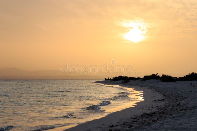 As cores alaranjadas e vermelhas do por do sol ajardinam, mar e sol com fundo profundo do céu Mar Vermelho, Egito, África Opinião fotografia de stock