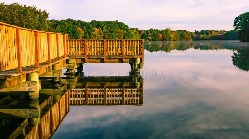 As cores da queda refletem na lagoa do lago fotos de stock royalty free