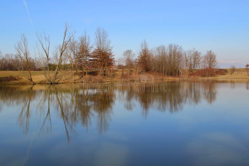 As cores da reflexão da água imagem de stock