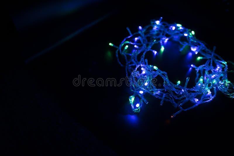 As cores das luzes estão piscando azuis, verdes, roxo e ou imagens de stock royalty free
