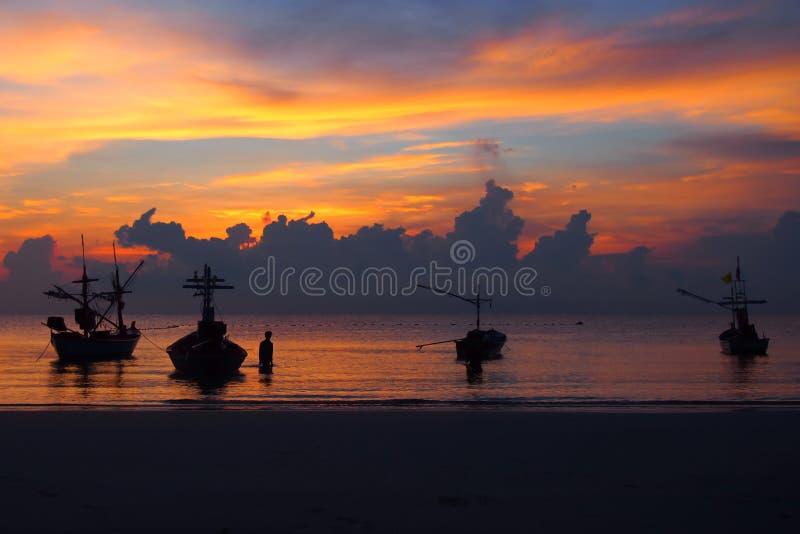 As cores do céu e do mar, o crepúsculo tranquilo e o barco estacionados pelo mar imagem de stock royalty free