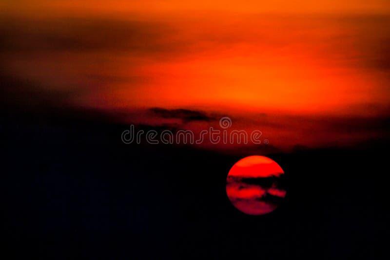 As cores do por do sol do sol de ajuste acenam no fundo surpreendente preto escuro da natureza do céu do contraste alaranjado ver foto de stock royalty free