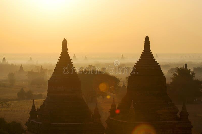 Templos de Bagan na névoa no nascer do sol fotos de stock royalty free