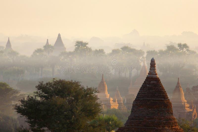 Templos de Bagan na névoa no nascer do sol imagens de stock royalty free
