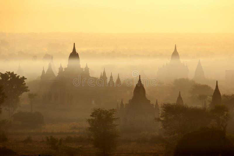 Templos de Bagan na névoa no nascer do sol foto de stock royalty free