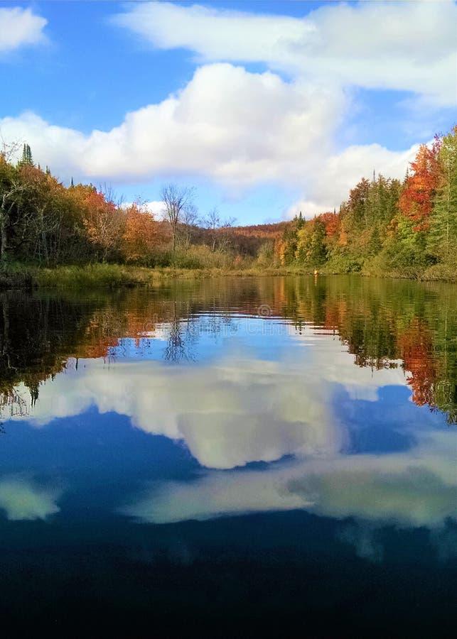 As cores enevoadas da queda refletiram no rio imóvel de Adirondack fotografia de stock