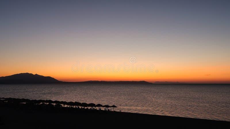 As cores mágicas no horizonte momentos antes de Sun vão acima Sunris fotos de stock