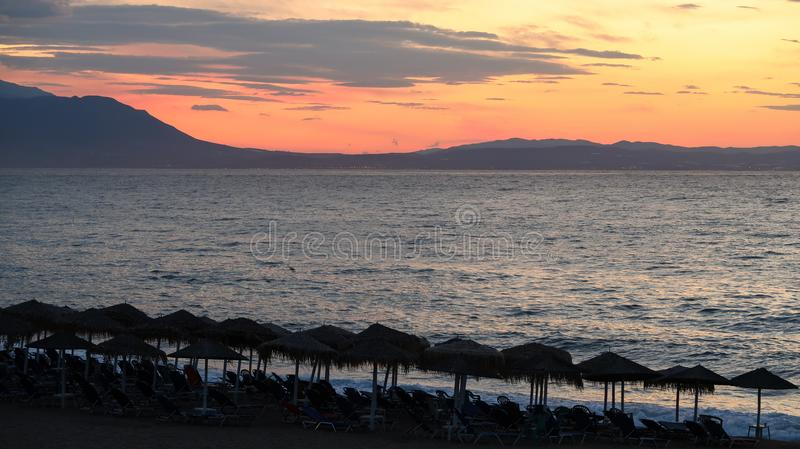 As cores mágicas no horizonte momentos antes de Sun vão acima Sunris imagens de stock