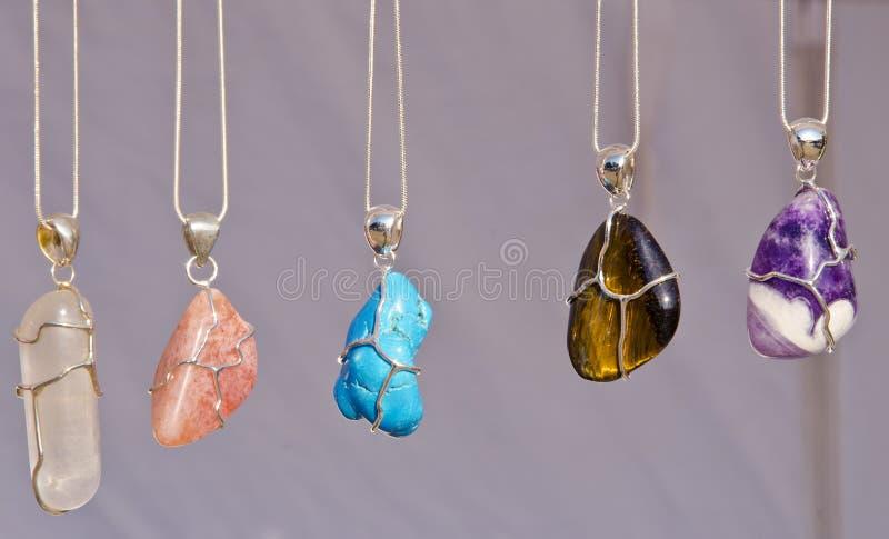As correntes da jóia na garganta com pedras venderam na feira. foto de stock royalty free