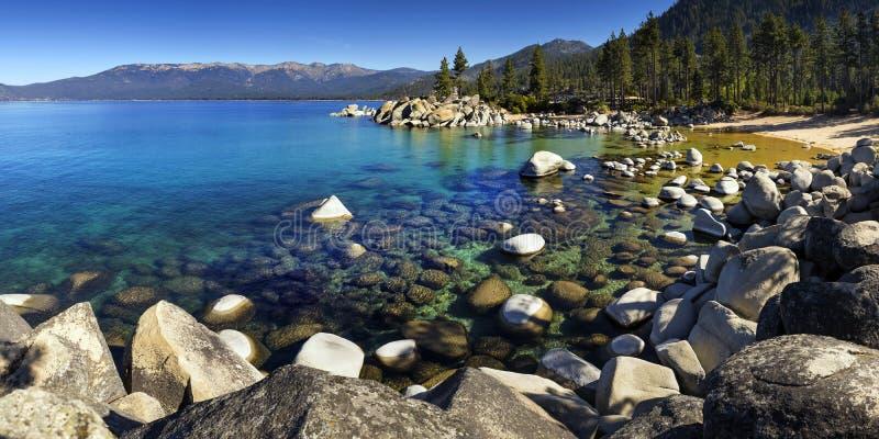 As costas rochosas da areia abrigam, Lake Tahoe, Nevada imagens de stock