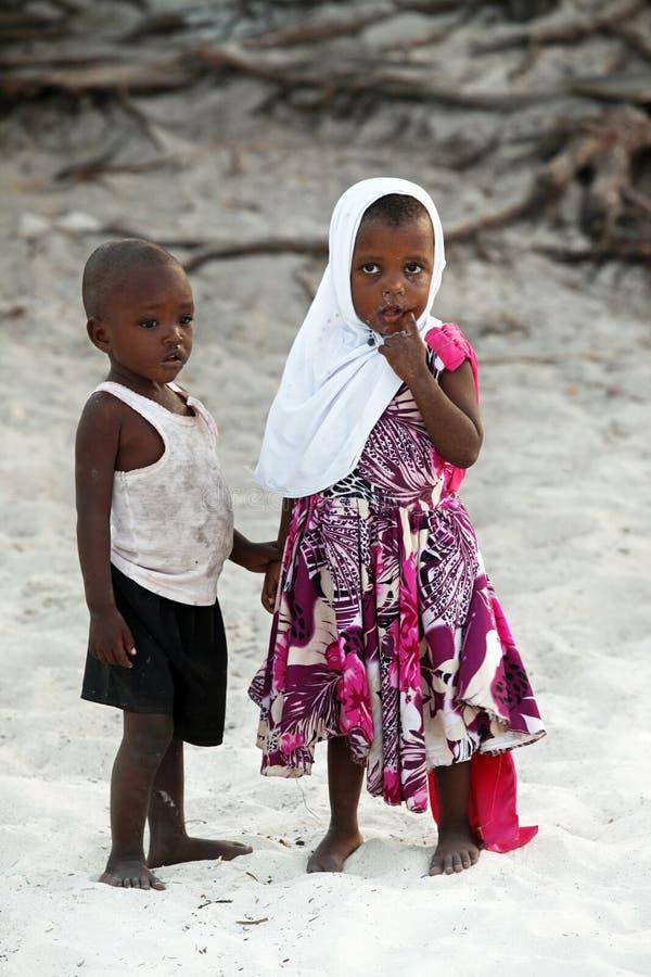 As crianças africanas pequenas em Nungvi encalham, Tanzânia imagens de stock