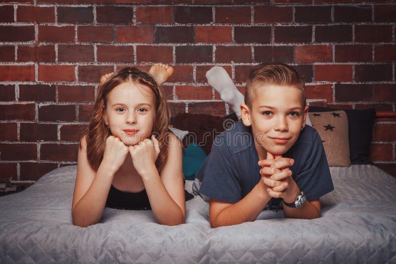 As crianças agradáveis menino e menina têm o divertimento junto foto de stock royalty free