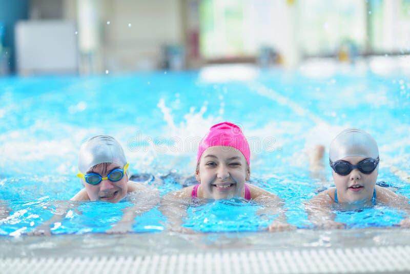 As crianças agrupam na piscina foto de stock royalty free