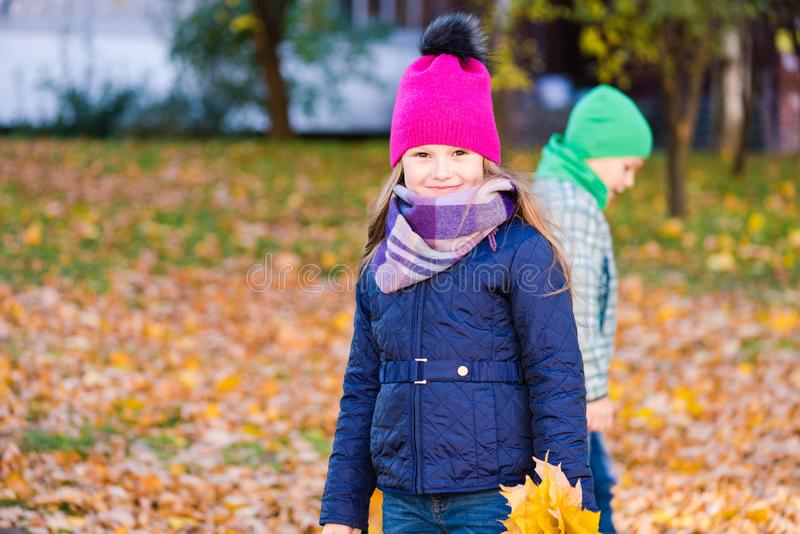 As crianças andam no parque do outono com folhas fotografia de stock royalty free