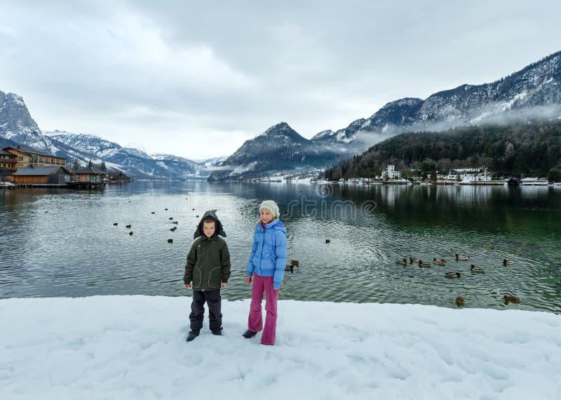 Download As Crianças Aproximam O Lago Alpino Do Inverno Imagem de Stock - Imagem de mola, serene: 29845553