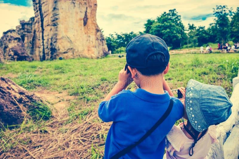 As crianças asiáticas tomam a foto pela câmera Processo e vintage transversais t imagens de stock