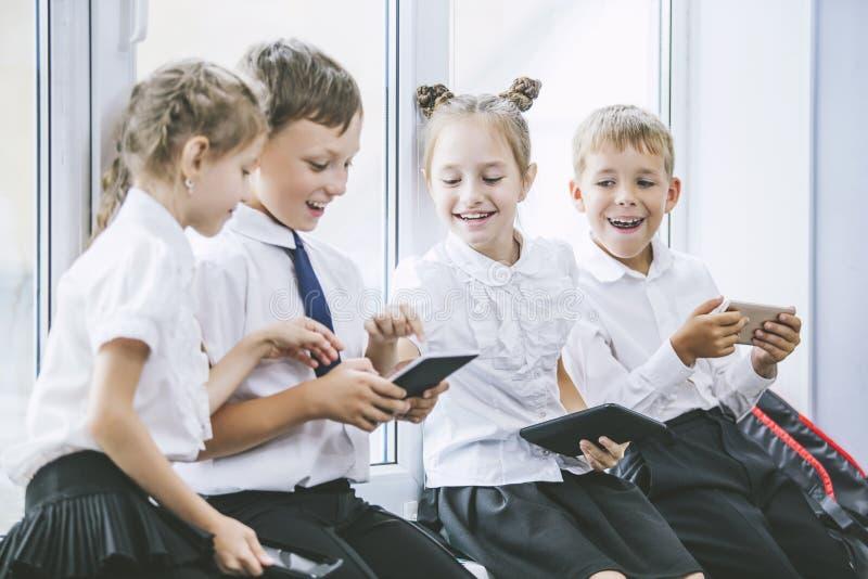 As crianças bonitas são estudantes junto em uma sala de aula no s imagens de stock