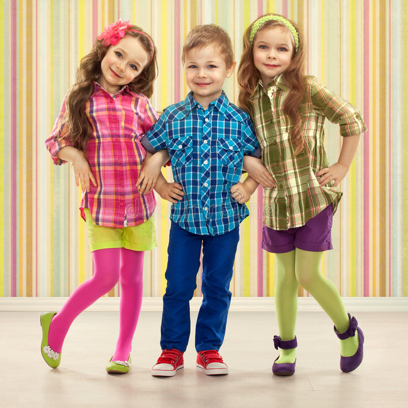 As crianças bonitos da forma estão estando junto. imagem de stock