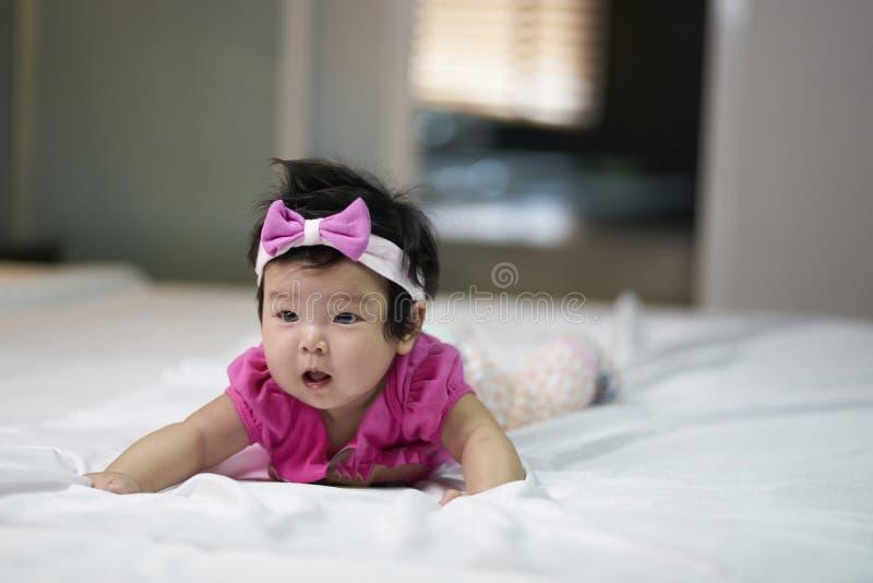 As crianças bonitos em um bom humor encontram-se para baixo no sofá fotos de stock