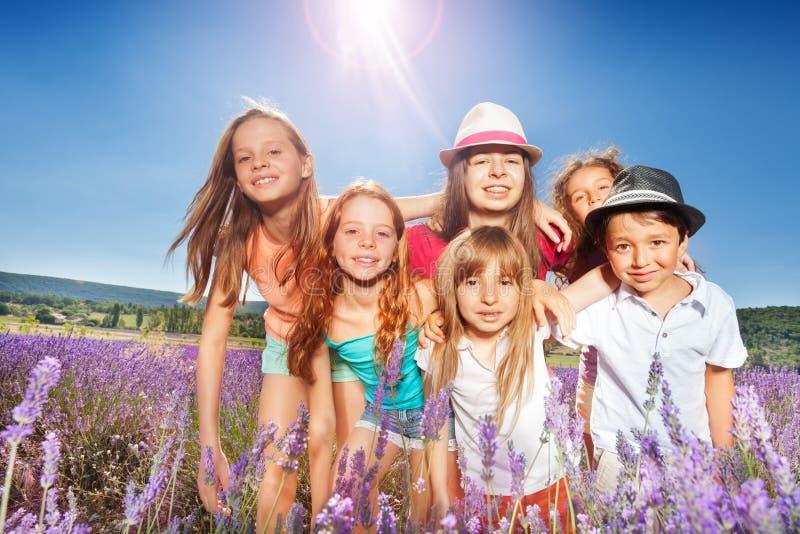 As crianças bonitos que estão na alfazema colocam no dia ensolarado fotos de stock royalty free