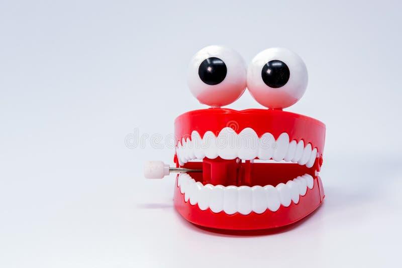 As crianças brincam na forma das gomas vermelhas, dentes com os olhos unidos imagem de stock