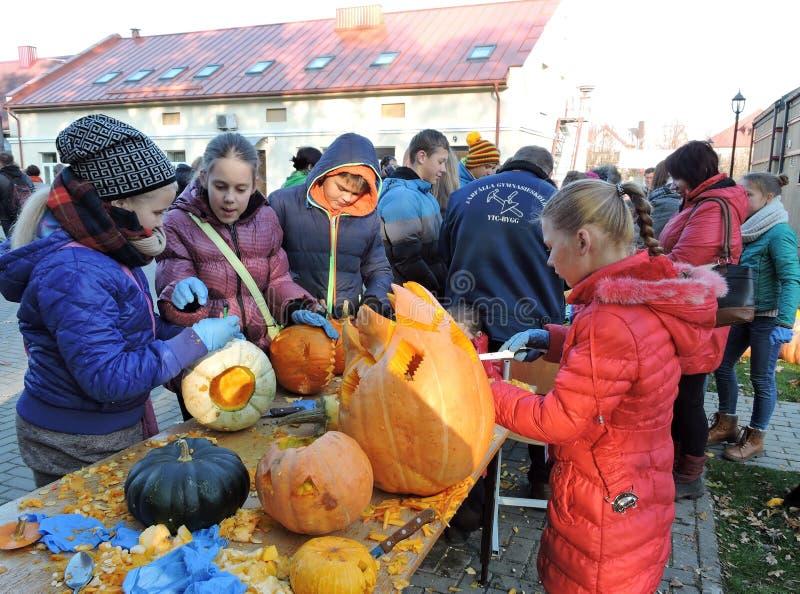 As crianças cinzelaram abóboras de Dia das Bruxas imagem de stock