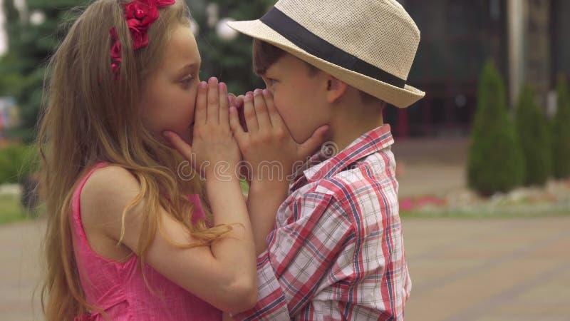 As crianças cobrem seus mouthes com as mãos imagem de stock