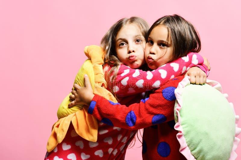 As crianças com caras engraçadas fazem beijos do ar e guardam descansos imagem de stock