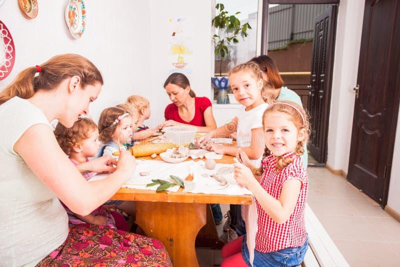 As crianças com mães são esculpem imagens de stock