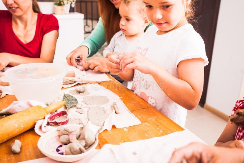 As crianças com mães são esculpem foto de stock royalty free