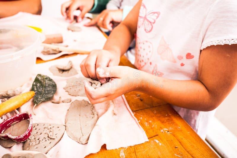 As crianças com mães são esculpem fotografia de stock royalty free