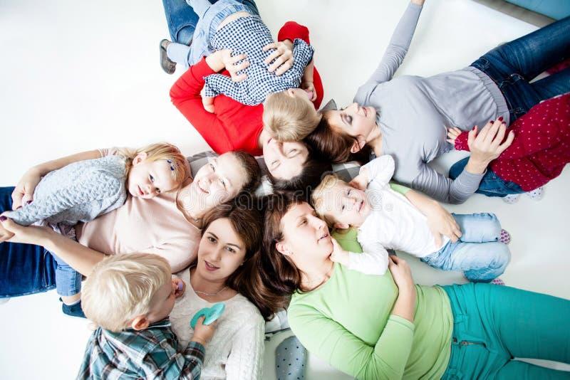 As crianças com mamãs fotografia de stock