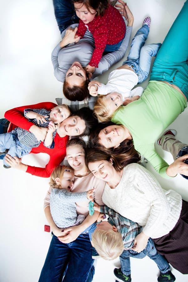 As crianças com mamãs foto de stock royalty free