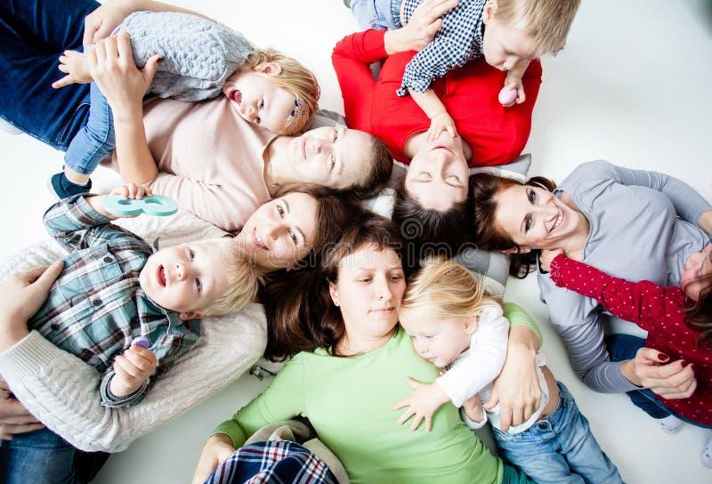 As crianças com mamãs fotos de stock