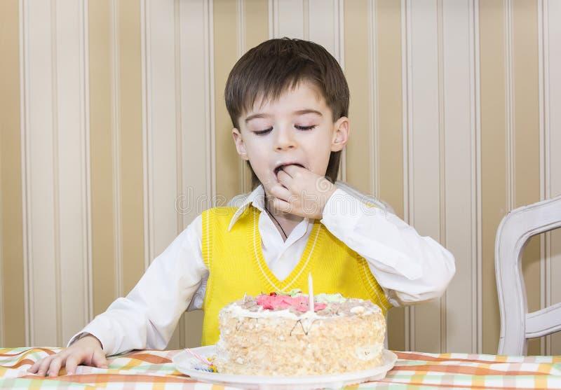 As crianças comem o bolo foto de stock